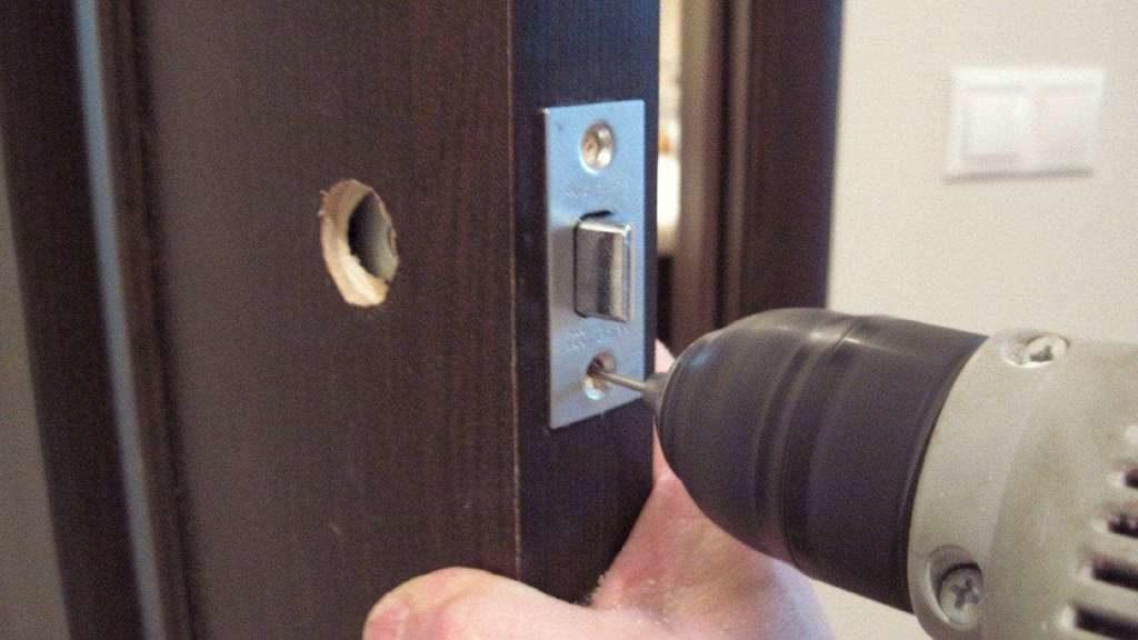 Делаем отверстие для врезки замка в межкомнатную дверь