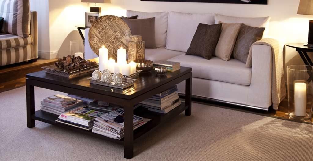 Журнальный столик в интерьере помещения